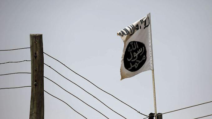 Eine Flagge der Islamisten von Boko Haram weht über einem Gebäude.
