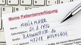 Wer eine Patientenverfügung aufsetzt, sollte sich dabei beraten lassen.