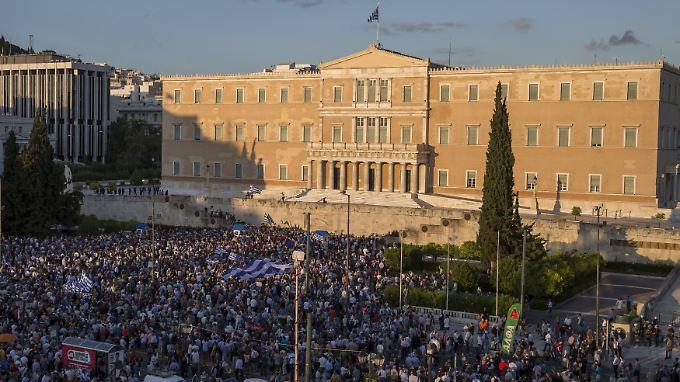 Direkt vor das Parlament durften die Demonstraten - im Gegensatz zu gestern - nicht.
