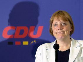 Im Alter von 45 Jahren wird Angela Merkel CDU-Vorsitzende. Sie übernimmt die Partei in einer schwierigen Zeit.