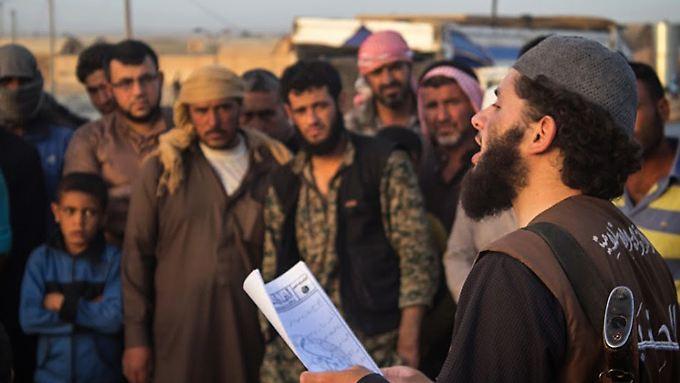Ein IS-Kämpfer verliest im syrischen Ar-Raqqa ein Urteil eines islamischen Gerichts: Auspeitschen als Strafe für Ehebruch.