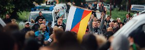 Wes Geistes Kind sind die Demonstranten? Mit einer deutsch-russischen Fahne protestieren Gegner des Flüchtlingsheims vor der Unterkunft der Asylbewerber in Freital.