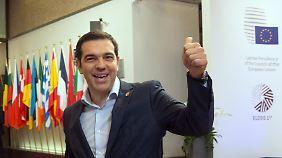 Nach seinem Statement zeigte Tsipras noch rasch seinen erhobenen Daumen.