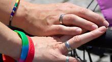 Bisher gab es für Homosexuelle Paare nur eine Segnung. Nun ist in der EKBO auch eine Trauung mit Ringtausch möglich.