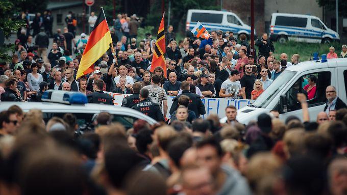 Wegen der neuen Erstaufnahmeeinrichtung in Freital gingen etliche Leute auf die Straße.