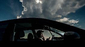 Beim Gewitter kann man bedenkenlos mit dem Handy telefonieren. Am Radioknopf des Autos sollte man aber nicht drehen.