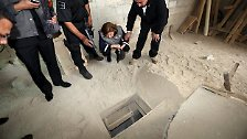 Am Ende stieg der Drogenboss aus diesem Loch, wo er wahrscheinlich von Fluchthelfern erwartet wurde.