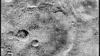 """... späteren Bildern der Sonde. Hier etwa eine Kraterlandschaft. Bis zum nächsten """"ersten Blick"""" auf einen fremden Planeten geht allerdings etwas Zeit ins Land. Nach mehr als acht Jahren ist es schließlich soweit: Am 4. Dezember 1973 ..."""