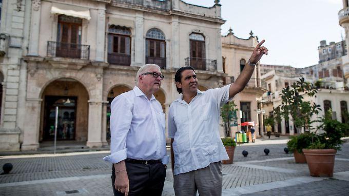 Ein Stadtführer zeigt Außenminister Steinmeier die historische Altstadt von Havanna.