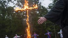 Auf den Fingern eines Klansmannes sind die Worte Liebe tätowiert.