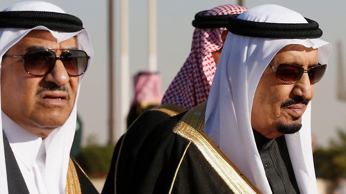 Der Kronprinz Mohammed (li.) und König Salman.