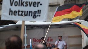 Bachmann rät von Aktionismus ab: Pegida hetzt gegen Flüchtlinge