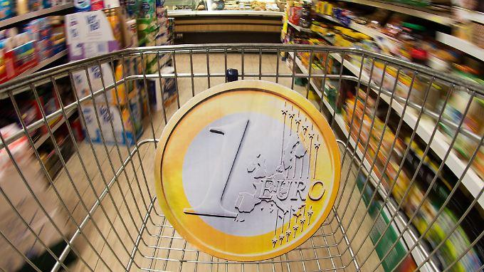 Beim Einkaufen im Supermarkt kriegt man immer noch genausoviel Ware für's Geld wie vor einem halben Jahr.