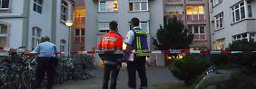 Notfallseelsorger vor einem Flüchtlingsheim in Bonn.