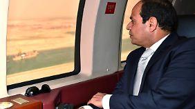 Al-Sisi besichtigt den Kanal von oben.