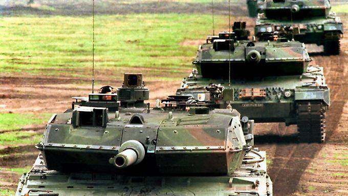 Kampfpanzer des Typs Leopard-2A5 fahren in Kolonne durch ein Übungsgebiet der Bundeswehr.