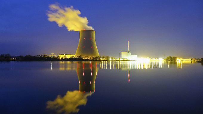 Atomkraftwerk Ohu bei Landshut bei Nacht.