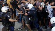 Immer wieder kommt es zu Handgreiflichkeiten. Die Polizei versucht gewaltsam, Ordnung herzustellen.