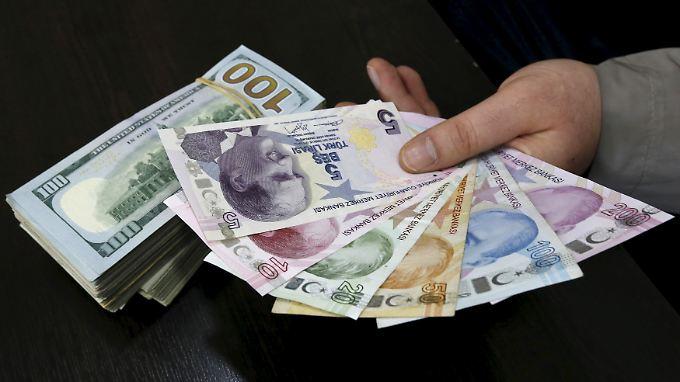 Die Lira befindet sich im freien Fall, seitdem die Koalitionsverhandlungen von AKP und CHP gescheitert sind.