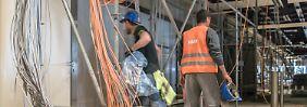 Ohne das Fachwissen und die Erfahrung der Mitarbeiter ist die Bauleitung verloren: Imtech-Experten im Inneren des BER-Terminals (Archivbild).