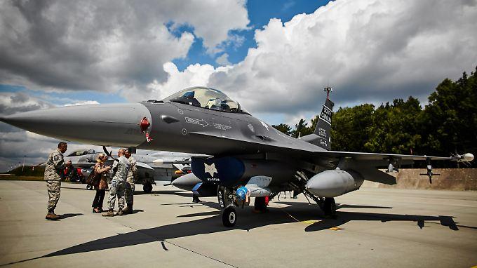 Ein US-Kampfjet vom Typ F-16, hier bei einer Stationierungsübung auf einem Flugfeld in Polen.
