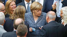 Gespräch mit Gysi an der Urne. Nach der Abstimmung verabschiedete sich die Kanzlerin: Merkel fliegt heute nach Brasilien.