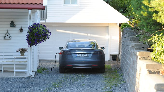 Norwegisches Mobilitätsidyll: Tesla S lädt vor Eigenheim.