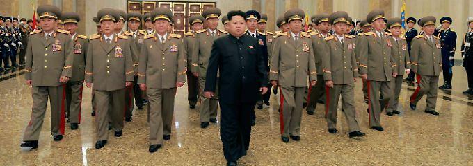 Nordkorea droht, indem es eine Rakete abfeuert.
