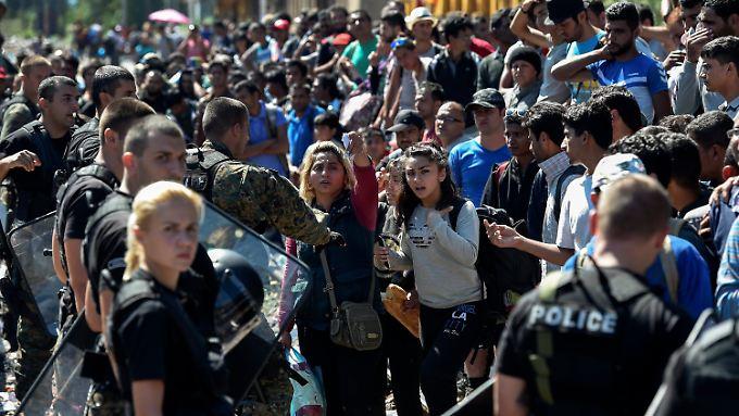 Mazedonische Sicherheitskräfte sind an der Grenze weiterhin vor Ort, lassen die Flüchtlinge aber passieren.