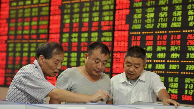 Hoffen auf bessere Zeiten: Kleinanleger im chinesischen Fuyang.