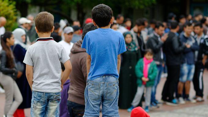 Flüchtlinge im Erstaufnahmelager für Flüchtlinge im niedersächsischen Friedland: Das eigentlich für rund 700 Menschen konzipierte Lager im Landkreis Göttingen ist zur Zeit mit mehr als 3000 Menschen belegt.