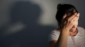 Kopfschmerzen, Übelkeit, Müdigkeit und Herzrasen sollen Symptome von Elektrosensibilität sein.