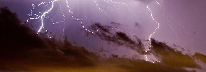 Jährlich schlagen Hunderttausende Blitze in Deutschland ein. Hausbesitzer können sich mit Blitzableitern vor Schäden schützen. Bewährt hat sich etwa die Stange auf dem Dach.