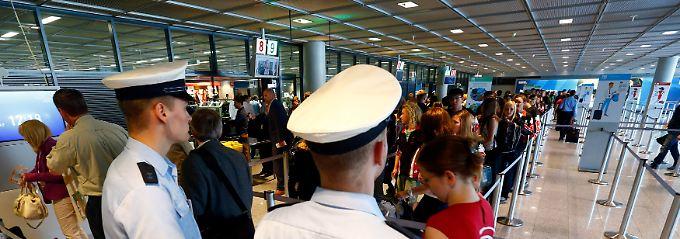 Sprengstoffsuche im Hintergrund: Flughäfen verschärfen Kontrollen