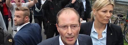 Innenminister Ulbig ergreift Flucht: Willkommensfest in Heidenau beginnt