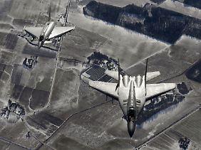 """Größenvergleich: Links ein Eurofighter """"Typhoon"""", rechts eine Mig-29 der polnischen Luftwaffe (Archivbild)."""