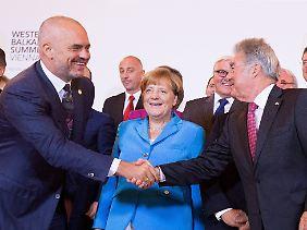 Der österreichische Bundespräsident Heinz Fischer begrüßt den albanischen Ministerpräsidenten Edi Rama (links) in Wien.