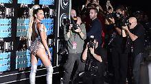 Swift räumt ganz groß ab: Cyrus moderiert MTV Awards in fast nichts