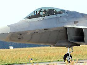 Ankunft der US-Vorhut in Lask südwestlich von Lodz: Von Zentralpolen aus können die Tarnkappenjets den europäischen Luftraum kontrollieren.