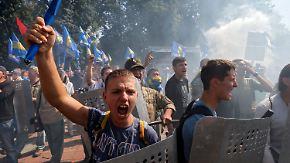 Gewaltausbruch in Kiew: Explosion vor Parlament tötet Polizisten