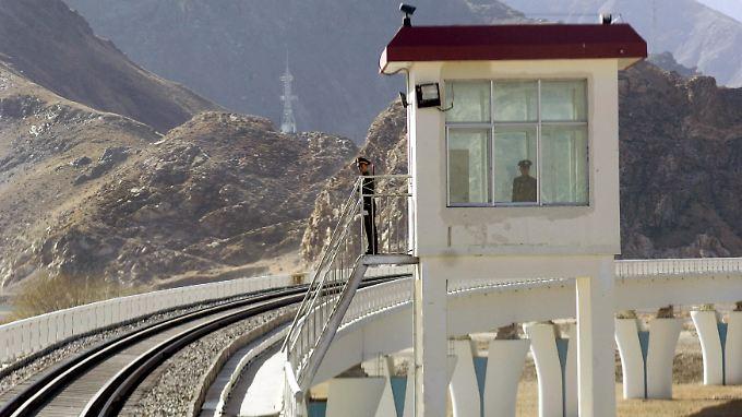 Wachposten an der Bahnstrecke nahe Lhasa.
