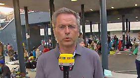 n-tv vor Ort in Budapest: Sechs Toiletten müssen für 3000 Flüchtlinge genügen
