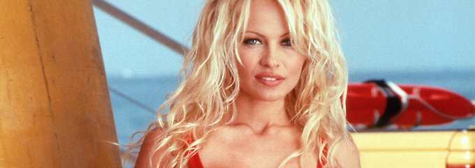 Eine Boje unterm Hammer: Pamela Anderson zeigt ihr großes Herz