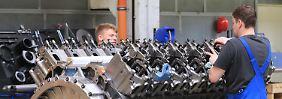"""In einer Montagehalle der Firma """"MTU Reman Technologies"""" in Magdeburg."""