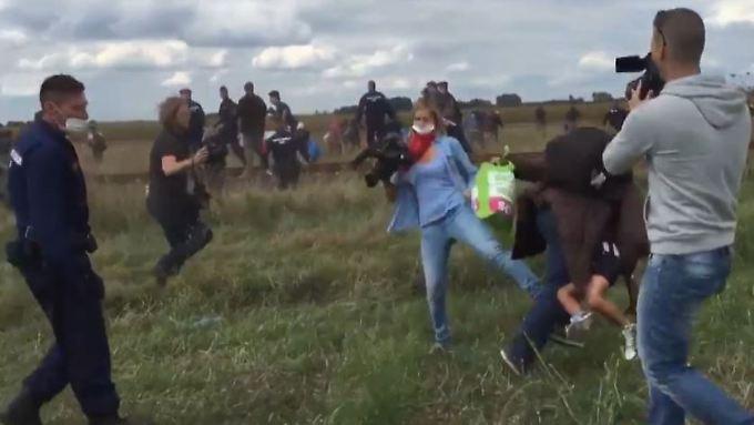Unmenschliche Bilder aus Ungarn: Kamerafrau stellt Flüchtling ein Bein