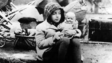 März 1945. Ein Mädchen aus einem Flüchtlingstreck mit ihrer Puppe.