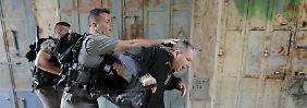 Extrem gereizte Atmosphäre: Einheiten des israelischen Grenzschutzes verhaften unweit des Tempelbergs einen demonstrierenden Palästinenser.