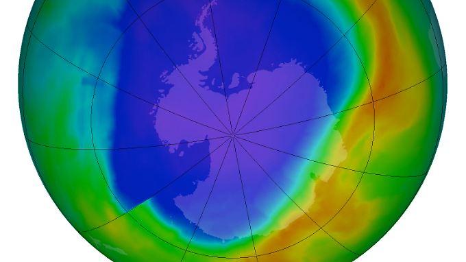 In den blauen Bereichen ist die Ozonschicht besonders dünn, in den roten gibt es am meisten Ozon. (Aufnahme vom 16. September 2013)