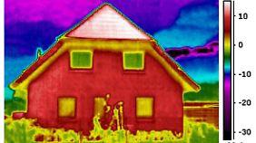 Nur weil die Hausfassade rot leuchtet, muss sie nicht schlecht gedämmt sein. Vielleicht hat sie auch noch Sonnenwärme gespeichert.