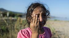 Die sechsjährige Yasmine bricht am Strand von Lesbos in Tränen aus. Die Männer, die ihre Familie von der Türkei aus mit einem Boot hierher brachten, haben den wertvollsten Besitz des Mädchens über Bord geworfen: Ein Kleid, das ihr ihre Großmutter geschenkt hatte.